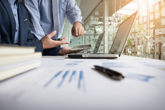 Pozew o uchylenie albo stwierdzenie nieważności uchwały spółki: sprzeczność uchwały z umową, ustawą, dobrymi obyczajami, interesem spółki i wspólników