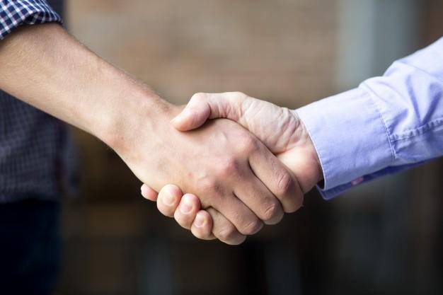 Przejście lub sprzedaż firmy czy przedsiębiorstwa, a umowa o pracę z pracownikami